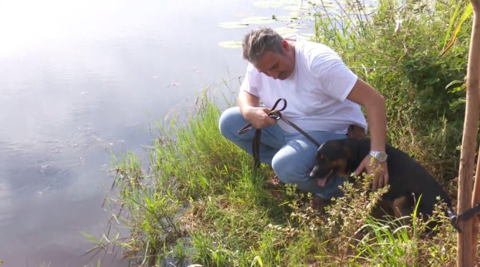 Paulo Sérgio Marqueti salvou o cachorro Negão de ser devorado por uma sucuri em Jaborandi, SP — Foto: Fabio Junior/EPTV