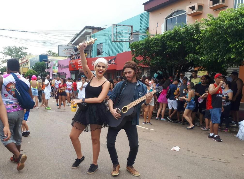 """Bradley Cooper e Lady Gaga (segurando o oscar) marcam presença com referência de """"Nasce Uma Estrela"""" no BQVV em Porto Velho.  — Foto: Ana Kézia Gomes/G1"""