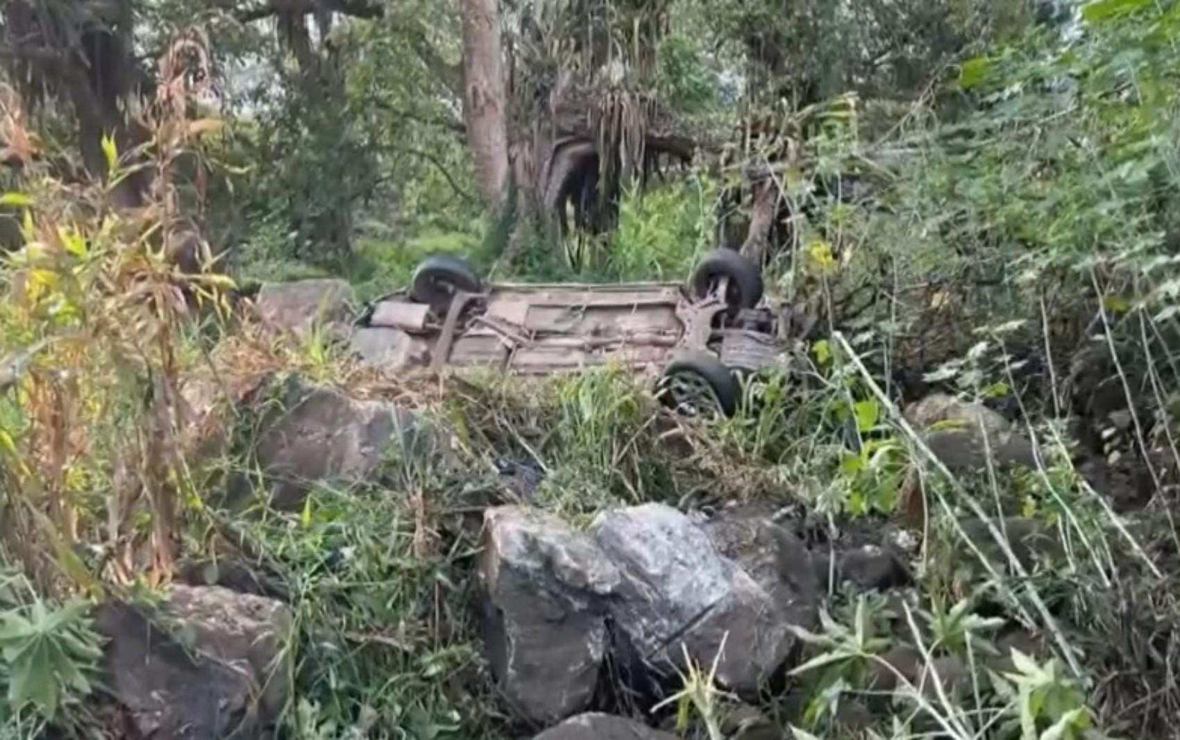Quatro pessoas morrem e uma fica ferida após motorista perder controle da direção e carro capotar no sul da Bahia