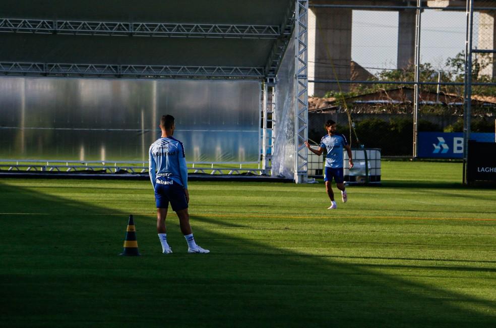 Darlan (de costas) revezou com Juninho Capixaba pelo lado esquerdo — Foto: Lucas Bubols/GloboEsporte.com
