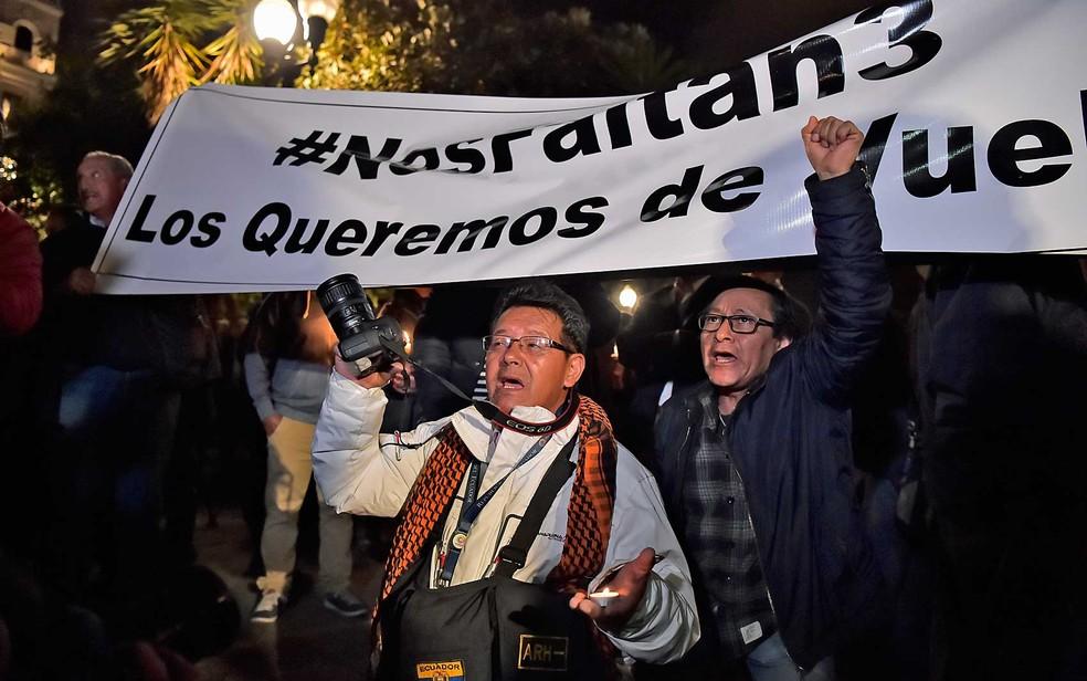 Parentes e colegas de dois jornalistas e um motorista equatorianos sequestrados na fronteira com a Colômbia protestam na Praça Independência, em Quito (Foto: Rodrigo Buendia / AFP Photo)