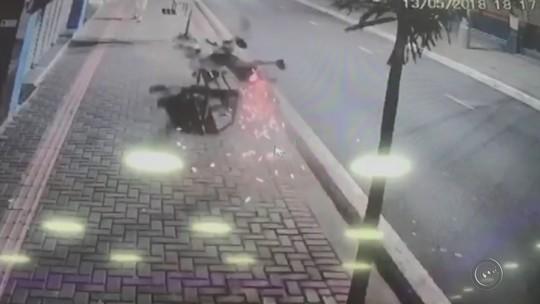Motociclista perde controle e 'atropela' banco e árvore em calçada; vídeo