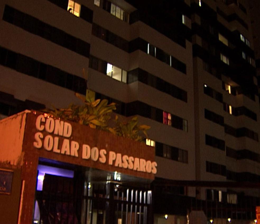 Crime ocorreu dentro de apartamento da vítima, na Avenida Paralela, em Salvador — Foto: Reprodução/TV Bahia