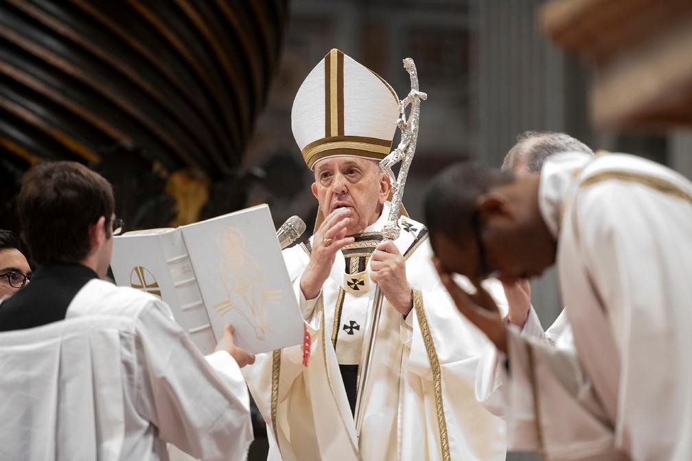 Papa Francisco celebra missa da quinta-feira (18) durante a Semana Santa da Páscoa, na Basílica de São Pedro, no Vaticano. — Foto: Vatican Media/Handout via Reuters