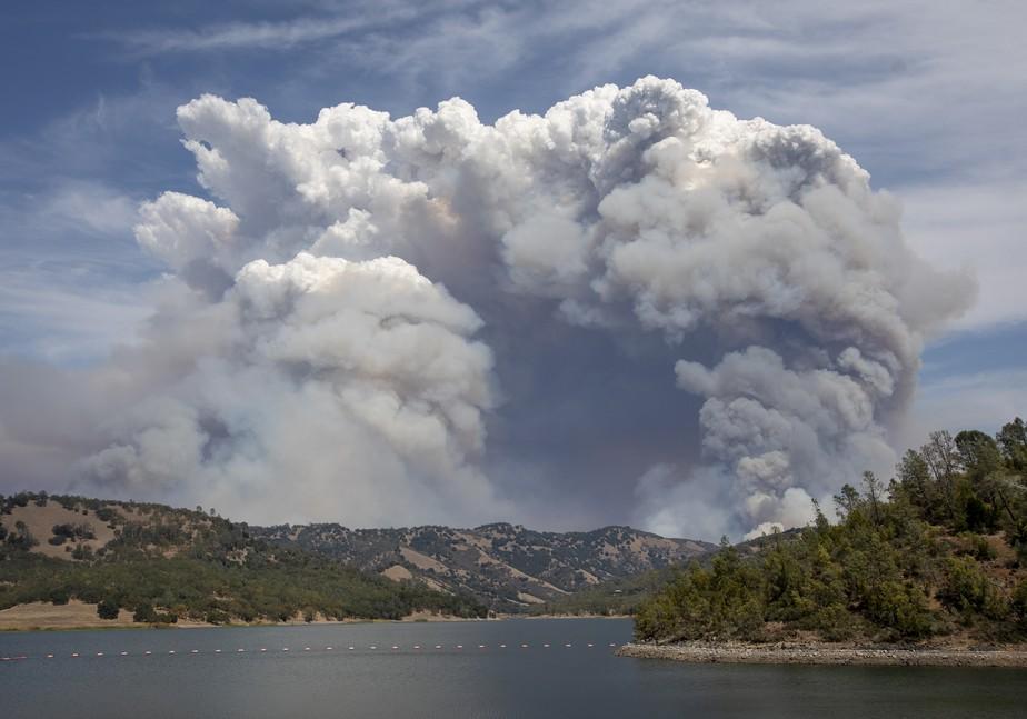 Maior incêndio florestal dos EUA gera