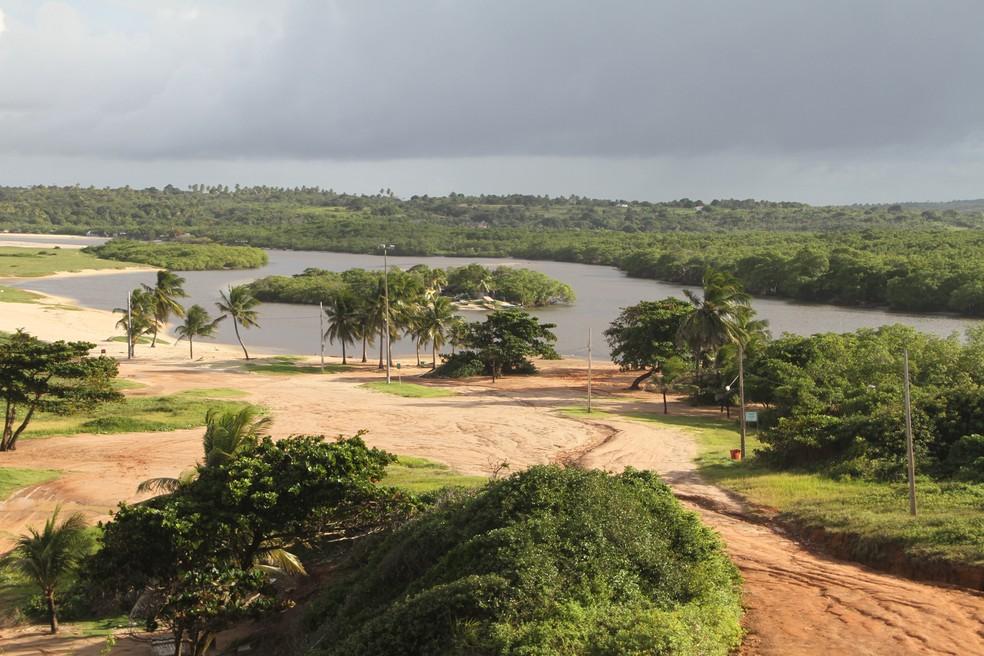Perspectiva do alto da barra de Gramame, praia banhada pelo rio onde vazaram 40 mil litros de soda cáustica  na sexta-feira (9) (Foto: Gabriel Costa/G1/Arquivo)