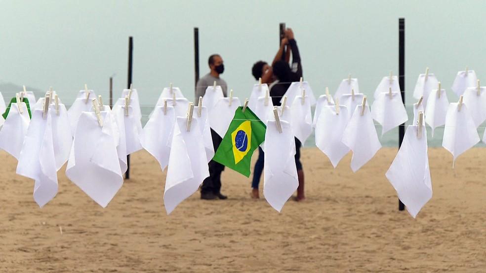 Rio de Paz estendeu lenços brancos em Copacabana em memória das vítimas da Covid na manhã desta sexta-feira (8). — Foto: Reprodução/TV Globo