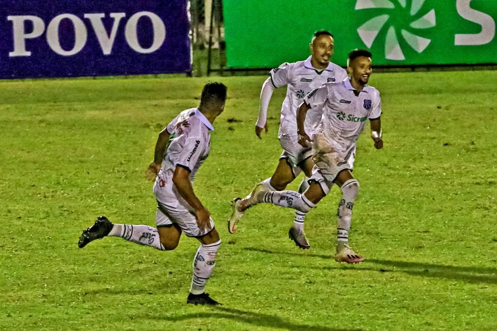 Bruno Oliveira comemora golaço contra o Tombense — Foto: Wagner Sidney Silva