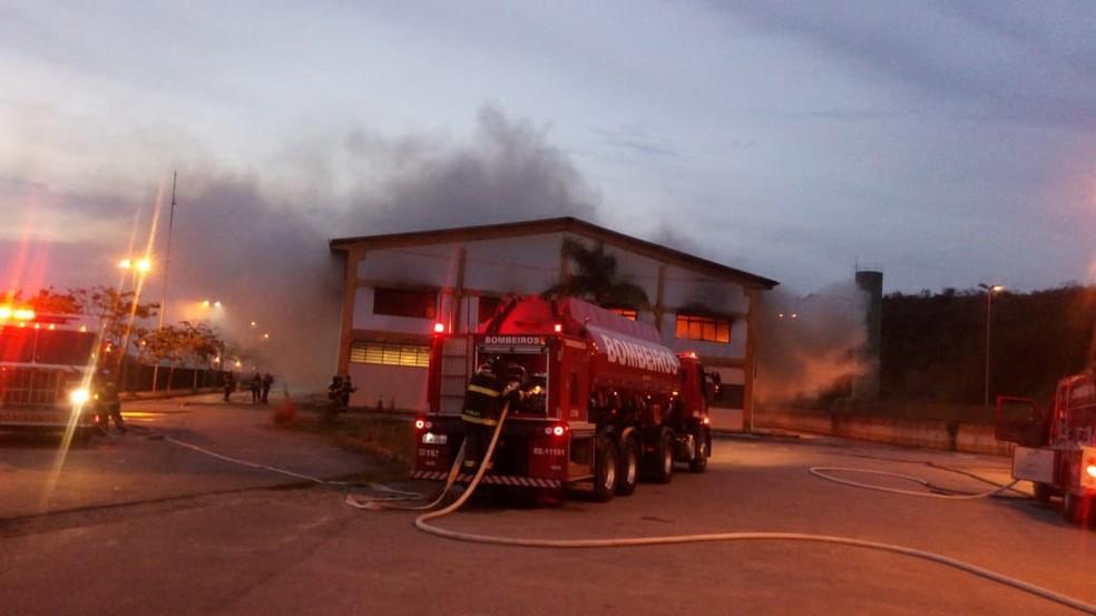 Bombeiros apagam chamas em São José — Foto: Rede Policial/Divulgação