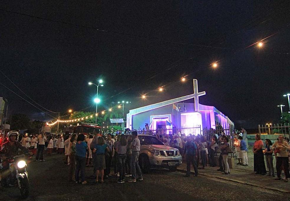 Fiéis lotam a Igreja de Candelária, na Zona Sul de Natal — Foto: Canindé Soares