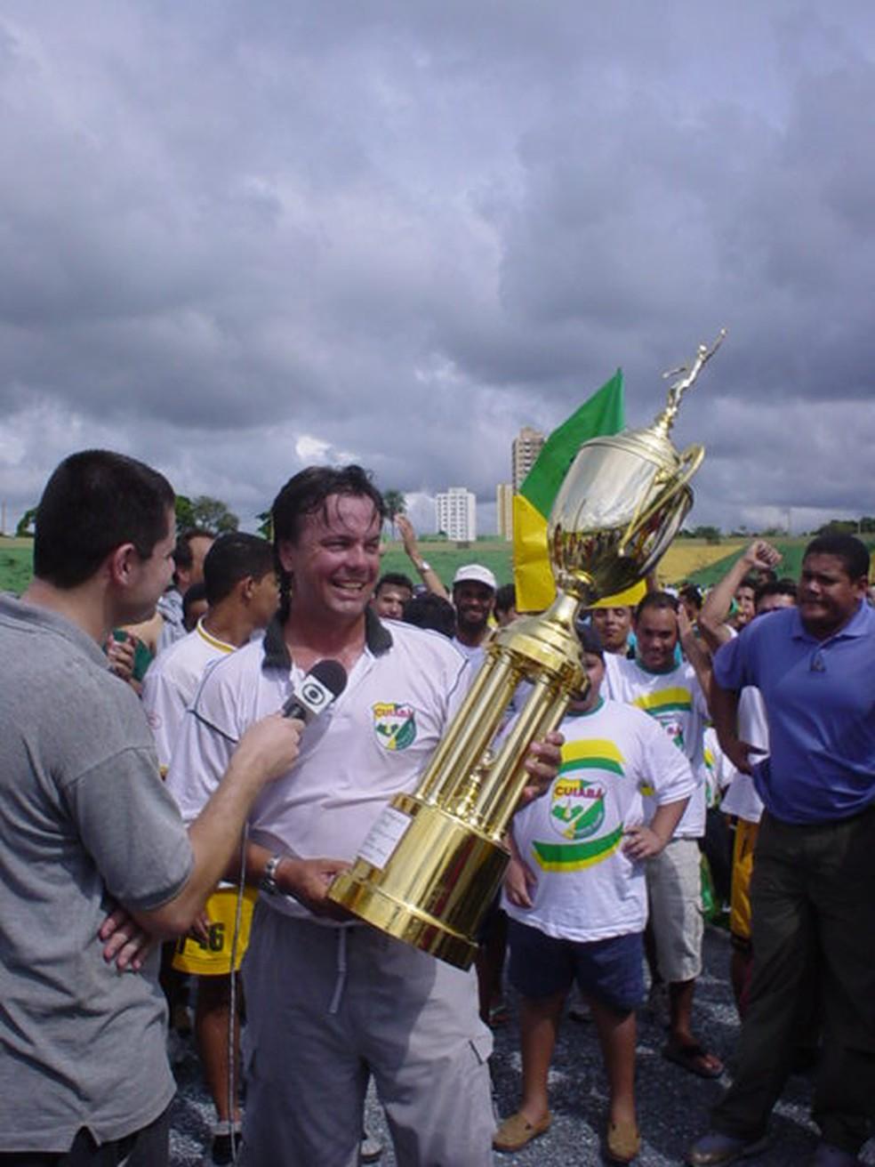Gaúcho, ex-atacante do Flamengo, fundador do Cuiabá, com a taça de campeão estadual — Foto: GloboEsporte.com