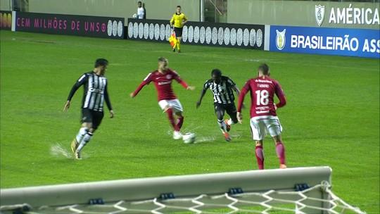 """Lomba garante vitória no Horto e ganha abraço no Inter: """"Muito bom goleiro"""""""