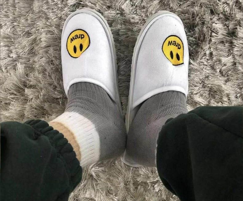 As pantufas dadas de presente por Justin Bieber à esposa (Foto: Instagram)