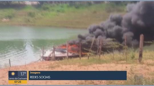 Lancha pega fogo e afunda no Lago de Furnas em Guapé, MG