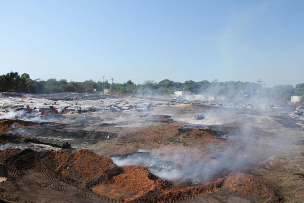 Combate ao incêndio que destruiu madeira apreendida em Óbidos, já dura mais de 24 horas (Foto: Mauro Pantoja/Ascom/PMO)