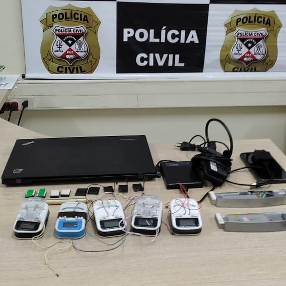 Aparelhos apreendidos com suspeito preso por clonagem de cartões — Foto: Polícia Civil/Reprodução