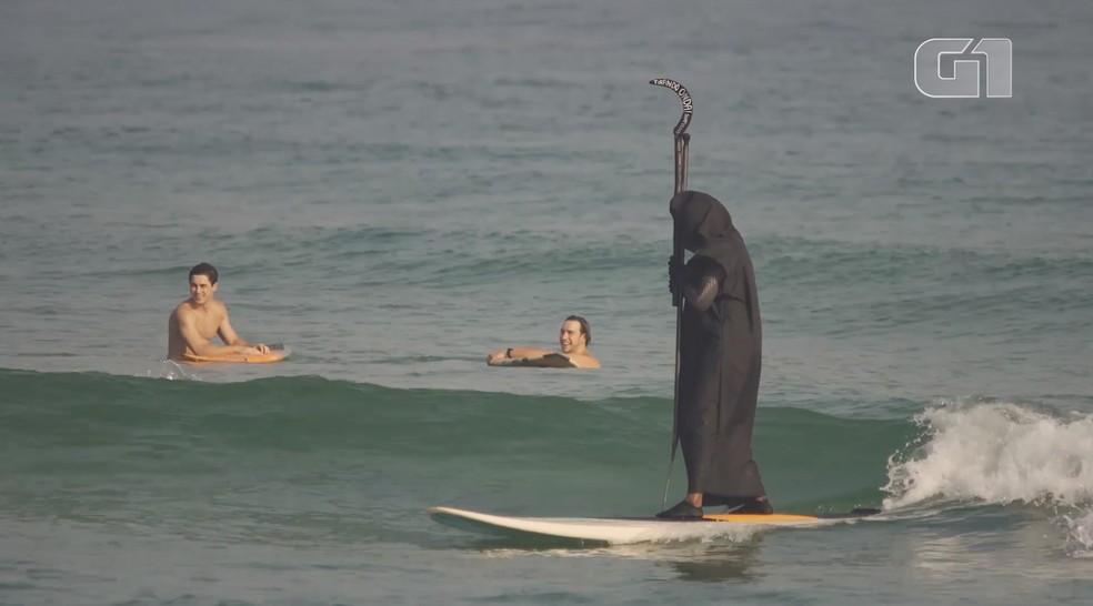 'Morte' surfa em Maresias em campanha para conscientizar banhistas — Foto: Reprodução/ Tirando Onda Surfvlogs