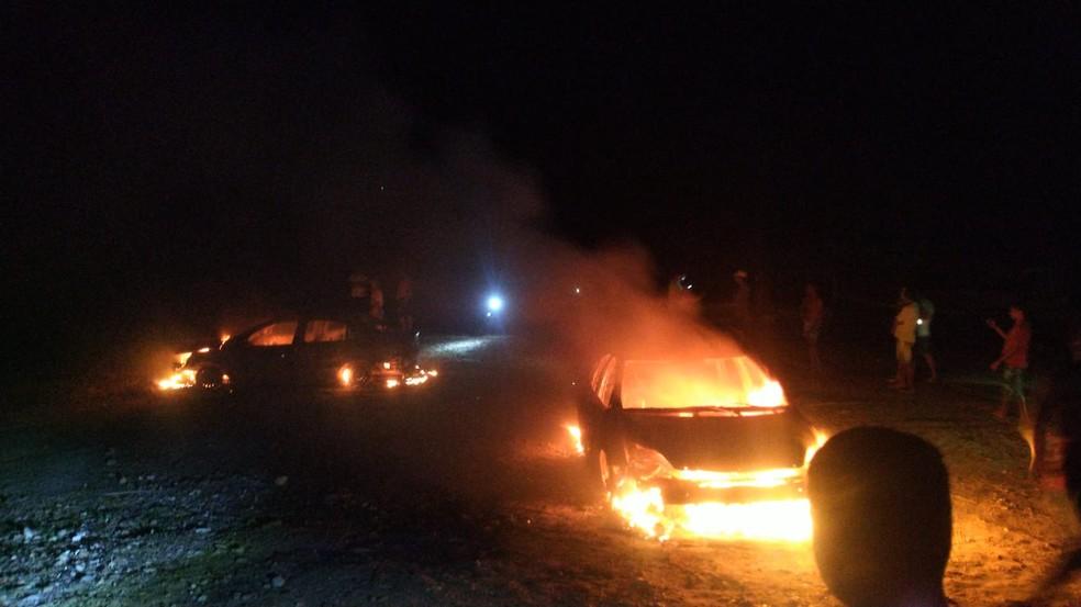 Criminosos colocaram fogo em carros para despistar a polícia — Foto: Redes Sociais