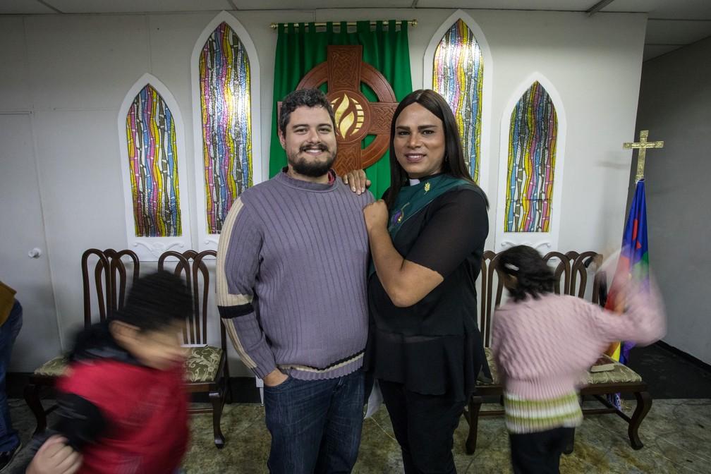 A pastora Alexya Salvador posa ao lado do marido, Roberto, enquanto os filhos brincam correndo ao redor dos dois na Igreja da Comunidade Metropolitana de São Paulo, na Santa Cecília (Foto: Fábio Tito/G1)