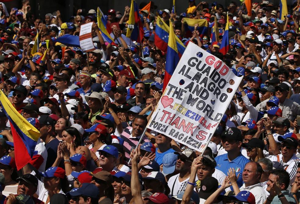 Venezuela tem dia de manifestações contra e a favor de Maduro. Na imagem, opositores ao governo chavista se reúnem em Caracas — Foto: AP Photo/Fernando Llano