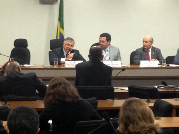Investigado pela PF, o ex-diretor da Petrobras Paulo Roberto Costa presta depoimento à CPI do Senado que apura denúncias contra a estatal do petróleo (Foto: Weldson Medeiros / G1)