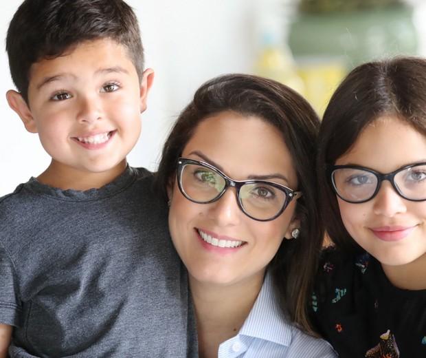 A candidata a deputada estadual Janaina Riva posa ao lado dos filhos José, 4, e Sophia, 9 (Foto: Divulgação)