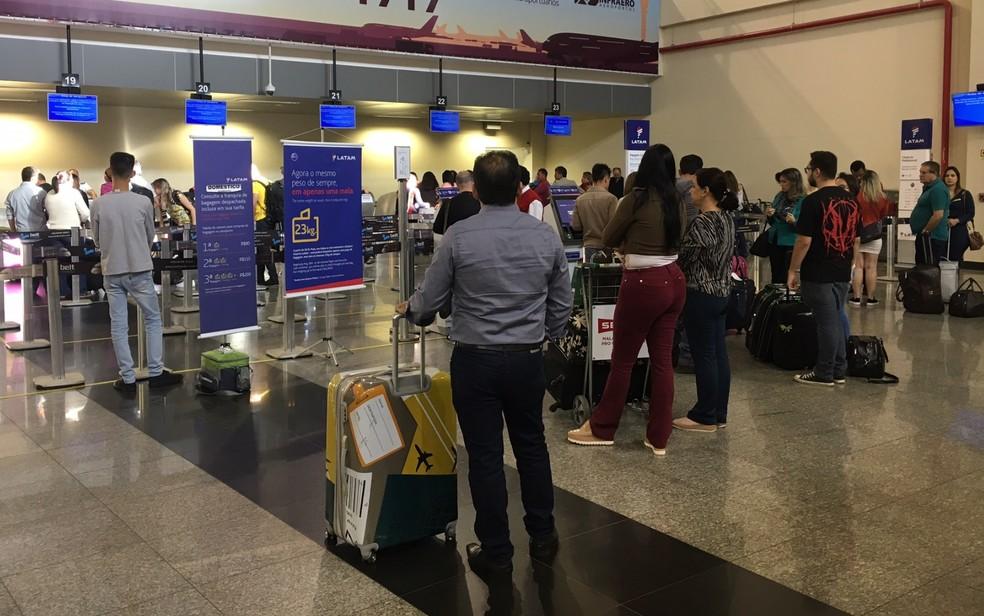 Passageiros aguardam para despachar malas em Goiânia (Foto: Murillo Velasco/G1)