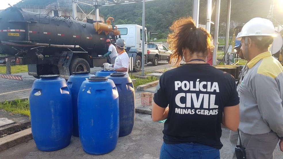 Óleo diesel apreendido foi levado para a BR distribuidora. — Foto: Divulgação/Polícia Civil