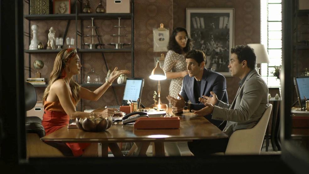 Régis (Reynaldo Gianecchini) tenta alertar Maria da Paz (Juliana Paes) a não oficializar a transferência da fábrica para Josiane (Agatha Moreira), na novela 'A Dona do Pedaço' — Foto: Globo