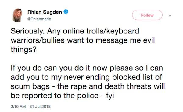 A mensagem na qual a modelo Rhian Sugden revela estar sendo alvo de ameaças de estupro e morte (Foto: Twitter)