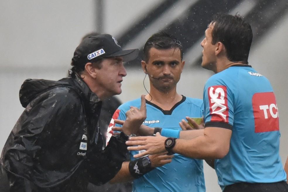 Cuca, técnico do Santos, reclama com o árbitro Caio Max Augusto Vieira no intervalo do jogo que terminou com pênalti polêmico para o Peixe contra o Atlético-PR — Foto: Ivan Storti/Santos FC
