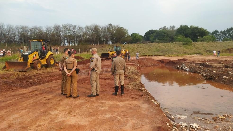Vítimas caíram em um buraco que tinha sido aterrado em Rondon — Foto: Corpo de Bombeiros/Divulgação