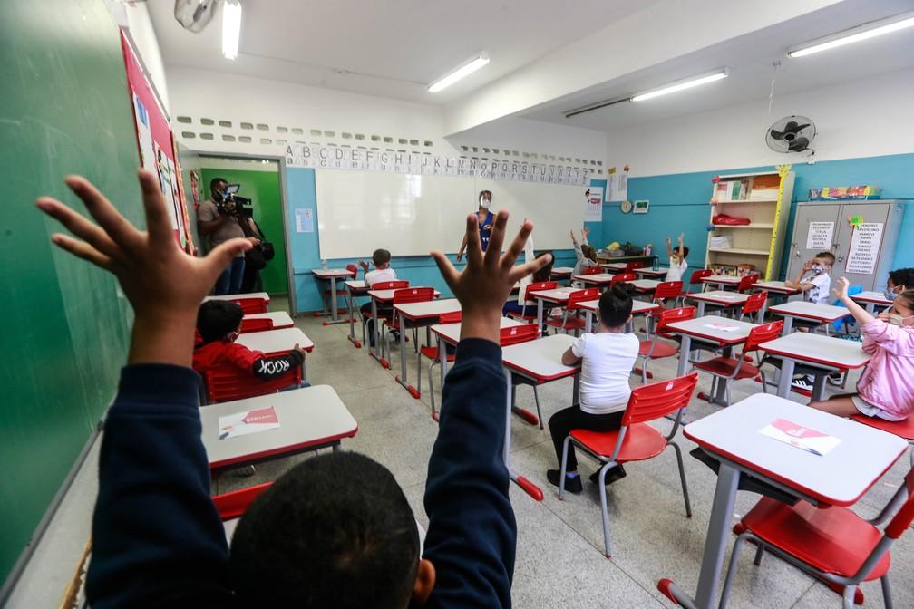 Movimentação de alunos e professores na Escola Estadual Raul Antônio Fragoso, na Vila Pirituba, Zona Norte de São Paulo, na manhã desta segunda-feira (8)  — Foto: Werther Santana/Estadão Conteúdo