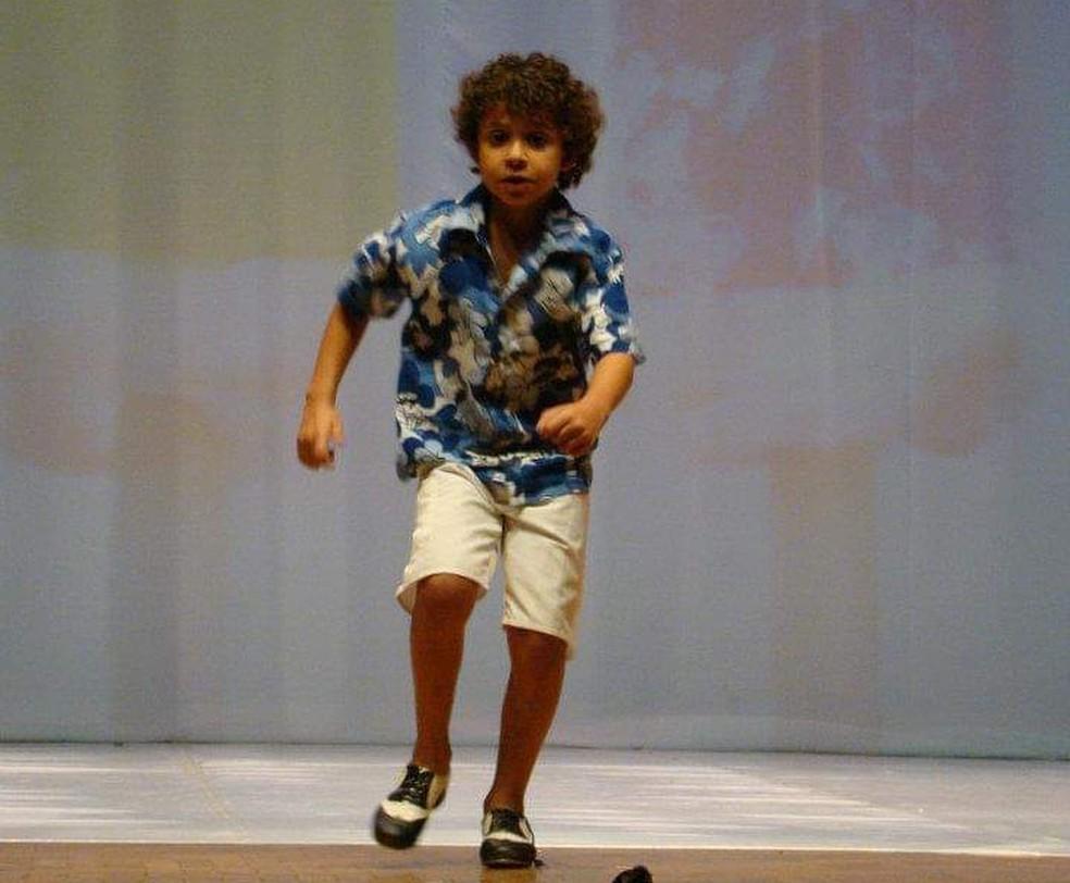 Aurélio dançando quando ainda era criança — Foto: Arquivo Pessoal