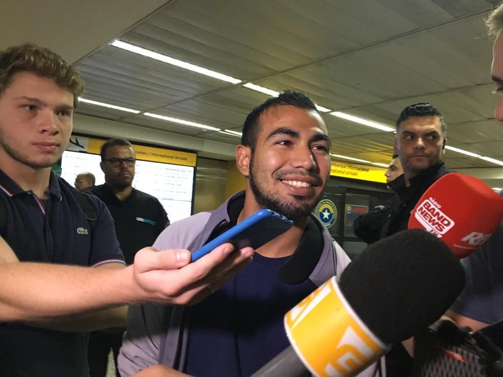 Sornoza conversa com jornalistas no aeroporto de Guarulhos — Foto: Diogo Venturelli