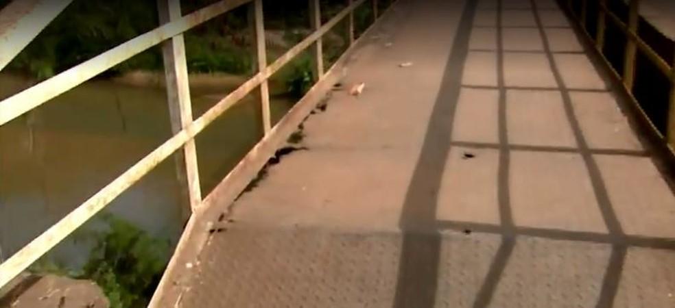 Ponte de Rio Claro tem partes enferrujadas e buracos.  — Foto: Reprodução/EPTV