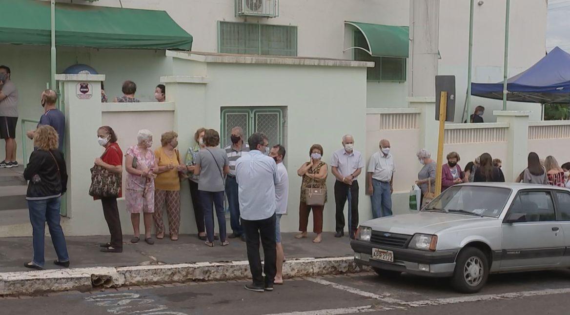 Unidades de saúde de Bauru registram filas no início da vacinação contra Covid em idosos com mais de 80 anos