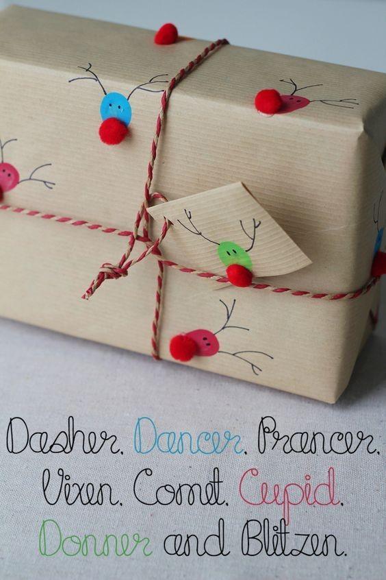 Pacote de presente com renas e pompom (Foto: Pinterest)