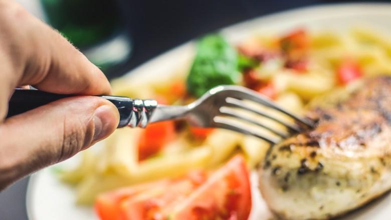 Consumidor comendo carne (Foto: Pixabay)