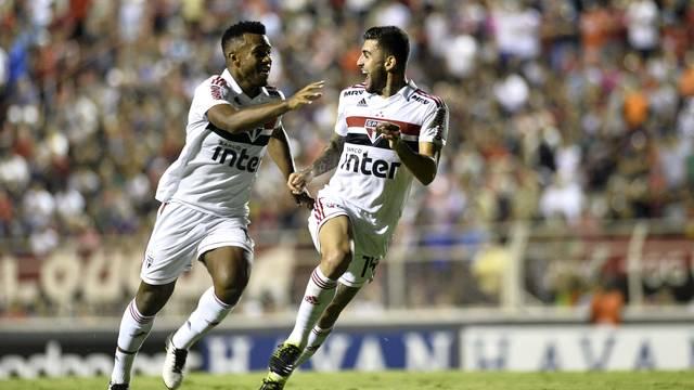 Luan e Liziero comemoram o gol do São Paulo