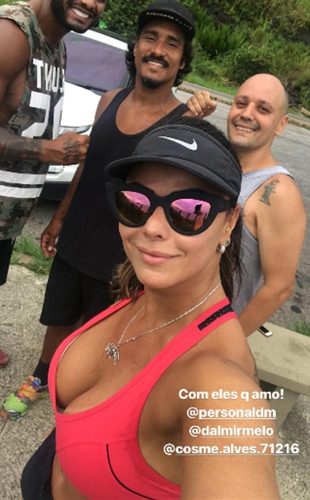 Viviane Araújo com amigos (Foto: Reprodução/Instagram)