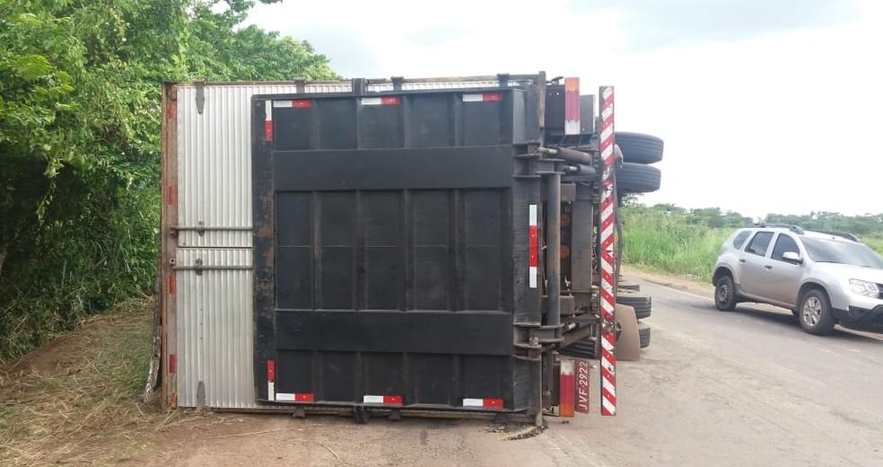 Após a chegada da PRF, veículo foi parcialmente retirado da pista e possibilitou a passagem de veículos — Foto: Divulgação/PRF