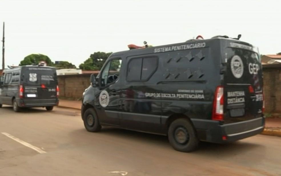 Presos são transferidos de Anápolis para unidade em Formosa (Foto: Reprodução/TV Anhanguera)