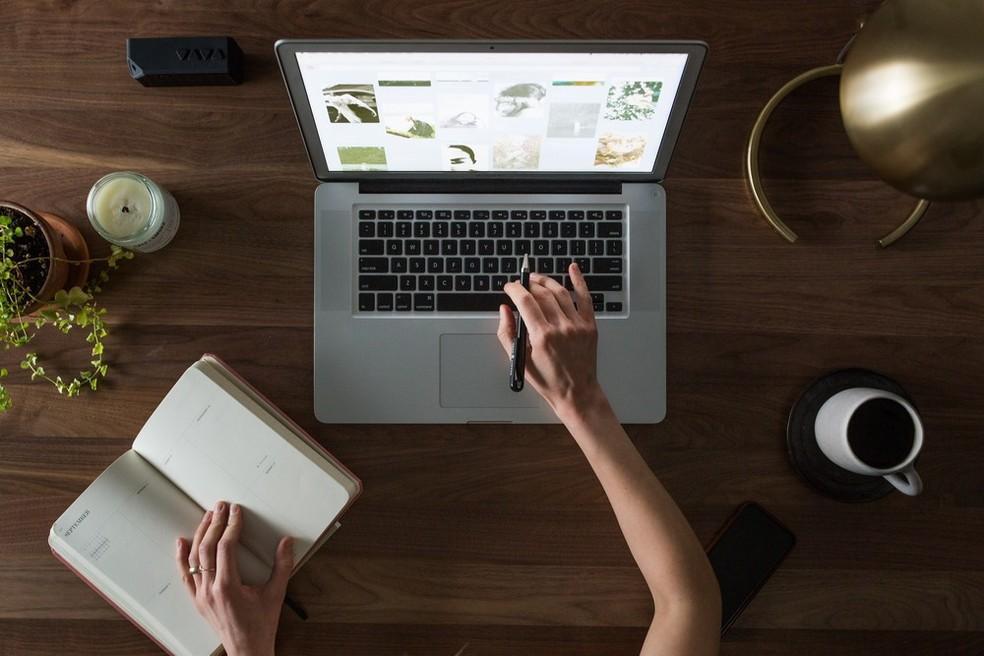 Manter o foco, acompanhar a rotina de trabalho e ferramentas digitais são importantes durante o isolamento — Foto: Pexels