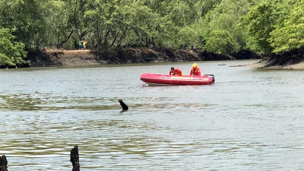 Até final da manhã de quinta-feira (3), corpo de jovem não tinha sido localizado pelos bombeiros no rio Paraíba — Foto: Walter Paparazzo/G1