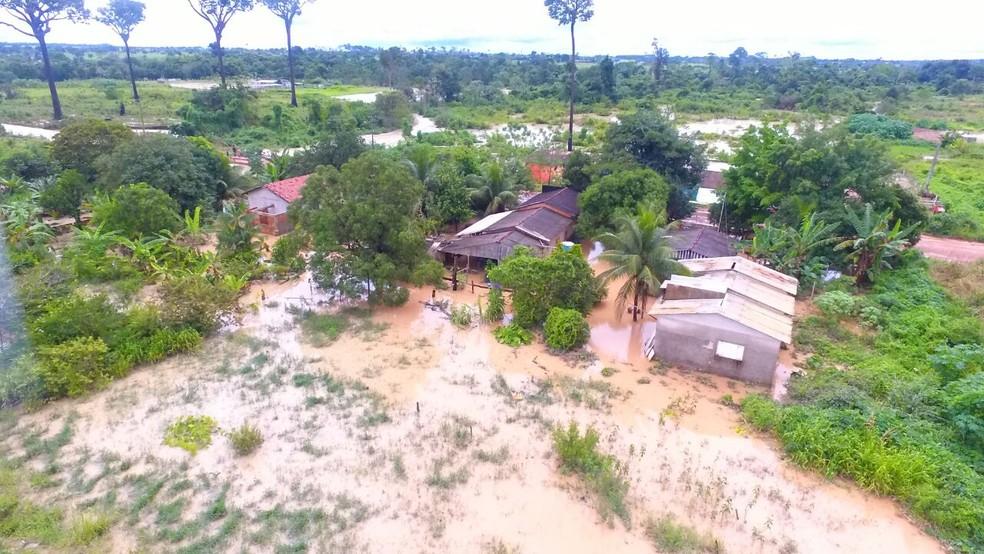Em Guarantã do Norte, famílias tiveram as casas invadidas pela água e prefeitura decretou situação de emergência (Foto: Defesa Civil/Divulgação)