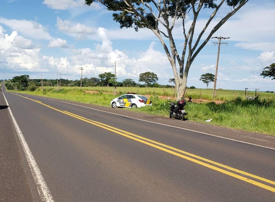 Mãe e filho sofrem lesões após queda de motocicleta na Rodovia Júlio Budisk