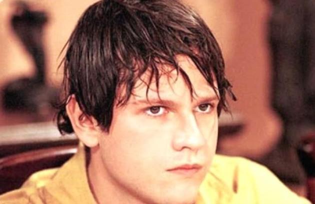 Selton Mello com os cabelos bem diferentes no papel de Emanuel em 'A indomada' (1997) (Foto: Reprodução)