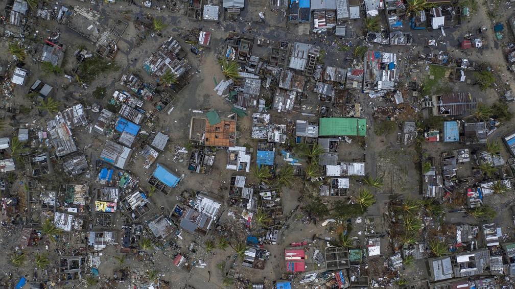 A vila de Praia Nova é vista em imagem feita por drone em Beira, Moçambique. O local foi um dos mais atingidos pela passagem do ciclone Idai — Foto: Josh Estey/CARE via AP