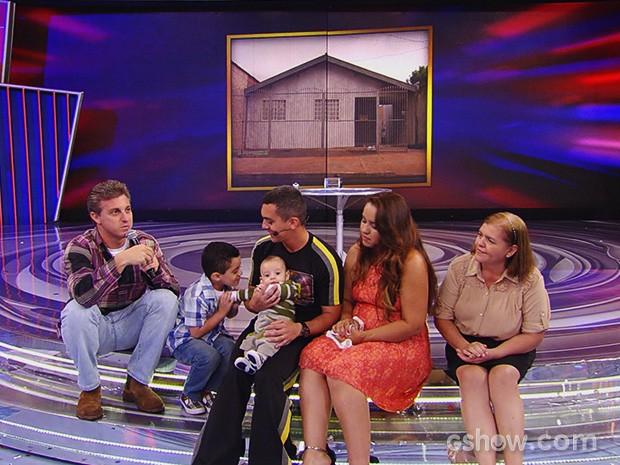 Cabo Roque ganha R$10 mil e reencontra sua família (Foto: Caldeirão do Huck/TV Globo)